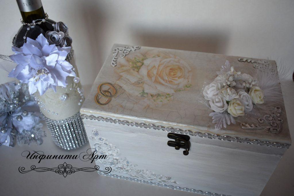 Сватбен бокал и бутилка вино в кутия
